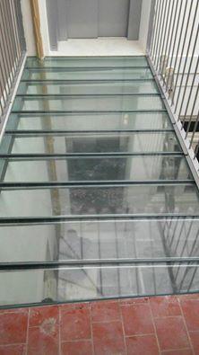 Escalera de cristal. Vidrio.